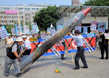Инсценировка запуска ракеты Северной Кореей активистами из Южной Кореи, в знак протеста. Фото: PARK JI-HWAN/AFP/Getty Images