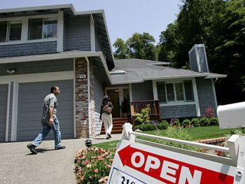 Впервые покупающий дом должен обратиться за помощью к квалифицированному агенту по недвижимости. Фото: Justin Sullivan /Getty Images
