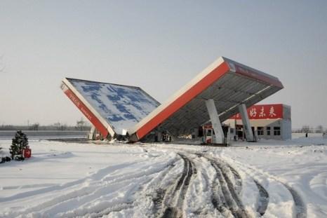 Навес заправочной станции рухнул от снега. Город Чанчжи провинции Шаньси. 12 ноября 2009 год. Фото с с epochtimes.com