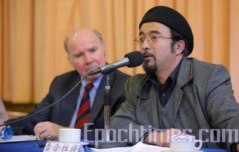Уйгурский учитель из Австралии Шорет выступил с речью на Форуме в Мельбурне, посвящённом 60-летию правления коммунистического диктаторского режима. Фото: The Epoch Times.