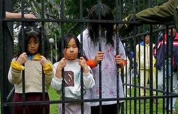 Рай и ад. Демонстрация издевательств над детьми. Инсценировка проводилась в Австралии в 2007 году. Фото: ANOEK DE GROOT/AFP/Getty Images