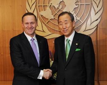 Во время конференции по изменению климата в штаб-квартире ООН в Нью-Йорке премьер-министр Новой Зеландии Джон Кэй (слева) пожимает руку Генеральному секретарю ООН Пан Ги Муну. Фото: Stan Honda/AFP/Getty Images