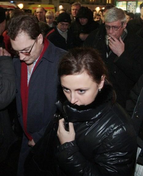 Оказание медицинской помощи. Не пострадавших пассажиров отвезли в Санкт-Петербург другим поездом. Фото:  ROSTISLAV KOSHELEV/AFP/Getty Images