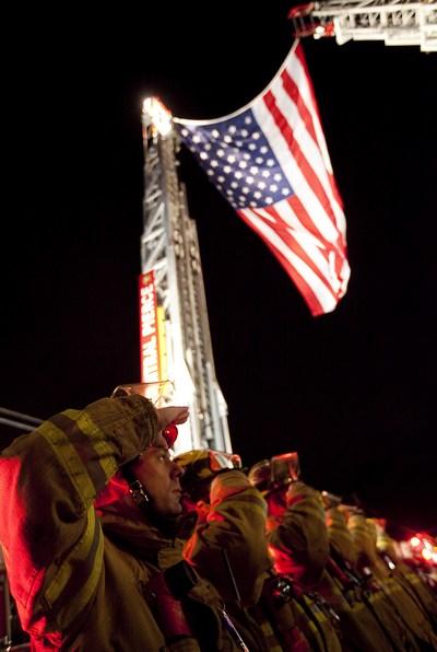 Пожарные отдают честь процессии,  увозящей  тела четырех Лейквудских полицейских 29 ноября 2009 около Лейквуда, Вашингтона. Фото: Stephen Brashear/Getty Images)