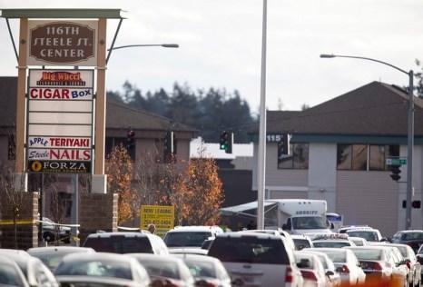 Автомобили едут в направлении улицы, приводящую к буфету, где четыре Лейквудских Полицейских были убиты 29 ноября 2009 Фото: Stephen Brashear/Getty Images