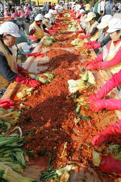 В Республике Корея сезон заготовок кимчи. Фото: Chung Sung-Jun/Getty Image