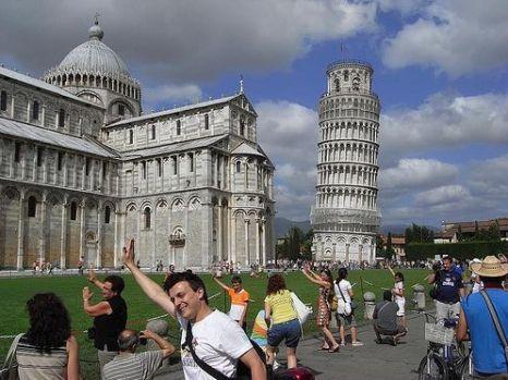 Снимки на фоне Пизанской  башни. Фото с secretchina.com