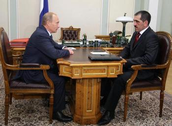 Премьер-министр России ведёт переговоры с лидером религиозной группы Ингушетии (Ingushetia) Юнусом –бек Евкуровым (Yunus-bek Yevkurov). Фото: ALEXEY NIKOLSKY/AFP/Getty Images