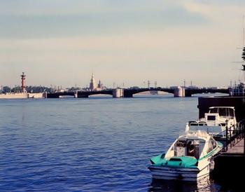 Вид с Адмиралтейской набережной на Дворцовый мост, Ростральную колонну и Петропавловскую крепость. Фото: с сайта nevariver.ru