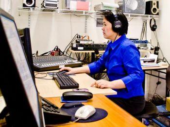 Юэ Чэнь за своим компьютером в оборудованном по последнему слову техники офисе радио «Sound of Hope»(«Голос надежды»)(SOH) в Манхэттэне. Фото: Матфей Робертсон /Великая Эпоха