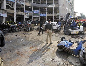 В Равалпинди, городе-спутнике пакистанской столицы Исламабада, в понедельник утром прогремел мощный взрыв. На месте происшествия после взрыва. Фото: AAMIR QURESHI/AFP/Getty Images
