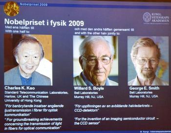 Обладатели Нобелевской премии по физике: Charles Kao, Willard Boyle and George Smith  Фото: BERTIL ERICSON/AFP/Getty Images