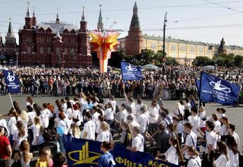 Студенты России около Кремя (Kremlin).  Фото: OXANA ONIPKO/AFP/Getty Images
