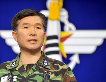 Командир корабля-флагмана дивизиона флота Южной Кореи Lee Ki-Sik  в брифинге по вопросу инцидента в Желтом море. Фото: JUNG YEON-JE/AFP/Getty Images