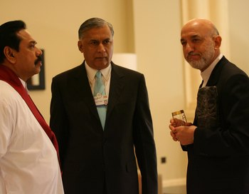 Президент Афганистана Hamid Karzai (R), Преиьер-министр Пакистана  Shawkat Aziz (C) и презилент Шри Ланка  Mahinda Rajapaksa. Фото  Salah Malkawi/ Getty Images