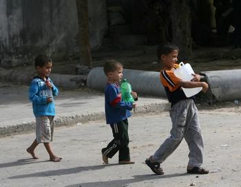 Дети Палестины в секторе Газа вынуждены в бутылях носить для себя воду. Фото: SAID KHATIB/AFP/Getty Images