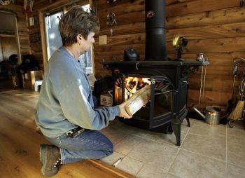 Дровяные печи иногда могут сократить расходы на отопление. Фото: Jeff Haynes /AFP /Getty Images