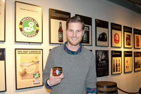 Мэтт Барнес, соучредитель и оператор Brooklyn Salsa Company, держит банку сальсы на мероприятии 13 февраля на Бруклинском пивоваренном заводе. Фото: Joshua Phillip/The Epoch Times