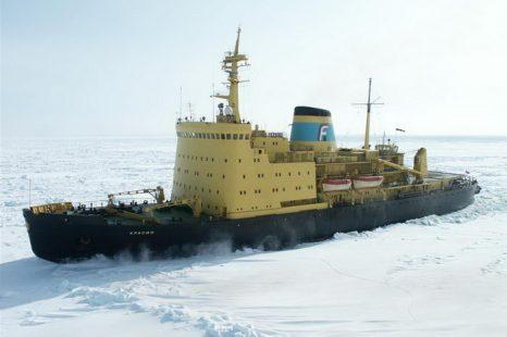 Ледокол «Красин» вновь выводит суда из ледового плена. Фото с сайта dic.academic.ru