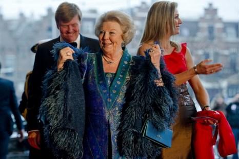 Амстердам. (L-R) принц Виллем-Александр, королева Беатрикс и принцесса Максима. Фото: ROBIN VAN LONKHUIJSEN/AFP/Getty Images