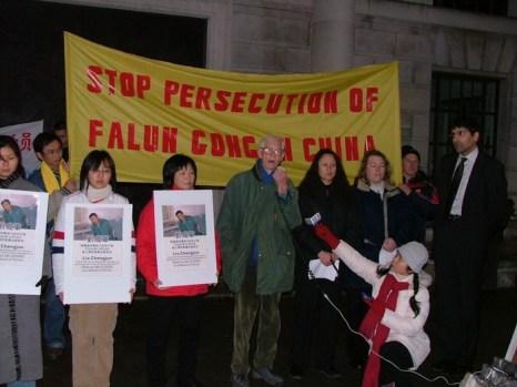 Митинг в Лондоне 30 декабря 2003 года. Его участники выражают протест против преследований, которые привели к смерти Лю Чэнцзюня, члена команды, которая прервала трансляцию китайского коммунистического режима на телевидение Чанчуня. Пятеро из них погибли в тюрьмах после ужасных пыток. Фото с сайта minghui.org