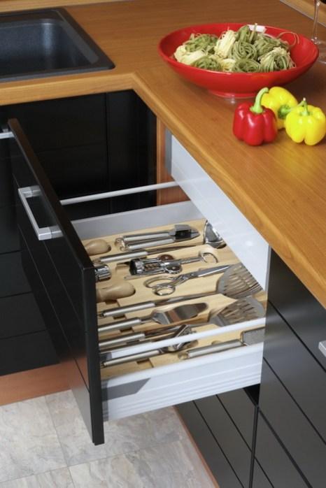 Используйте перегородки в выдвижных ящиках, чтобы держать кухонные принадлежности в определённом месте. Фото: Photos.com