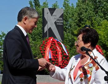 Памятник жертвам блокады Ленинграда открыли в Бишкеке. Фото с сайта president.kg