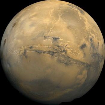 Фотоплан долины Маринера полушария Марса спроектирован в перспективе, создавая представление, подобное тому, которое будет видно из космического корабля. Фото: NASA