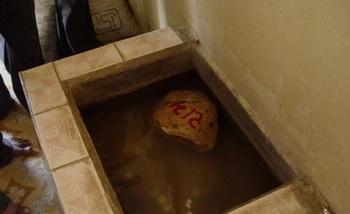 Плавающий камень с именем Рамы. Фото:  ganga-tour