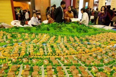 Ярмарка недвижимости, 10 апреля 2010 года, Пекин, Китай. Фото: Feng Li/Getty Images