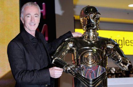 Звезда «Звёздных войн» Энтони Дениелс, который играет андроида C-3PO, позирует с маской C-3PO во время подписания DVD дисков фильма «Звёздные войны III: Месть Ситхов». Лондон, 2005 год. Фото: Gareth Cattermole/Getty