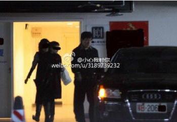 Джеки Чан 1 марта садится в Audi A8 с номерным знаком B206xx, который, как известно, принадлежит главному политическому управлению Народной освободительной армии коммунистического Китая. Фото: Weibo.com