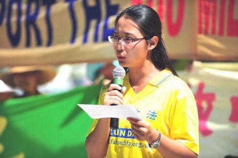 Соня Чжао говорит о преследованиях Фалуньгун в Китае на митинге в Торонто, август 2011 года. Чжао, бывшую преподавательницу Института Конфуция при Университете МакМастера, понуждали подписать заявление с обещанием не практиковать Фалуньгун. Фото: Gordon Yu/The Epoch Times