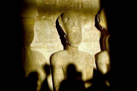 В Египте тысячи туристов наблюдали чудо в храме Абу Симбел. Фото: KHALED DESOUKI/AFPGetty Images