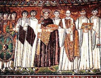 Император Юстиниан со свитой, приносящий дары храму. Мозаика в церкви Сан-Витале, Ровенна, Италия, 547 год. Фото: mirasky.hi.ru