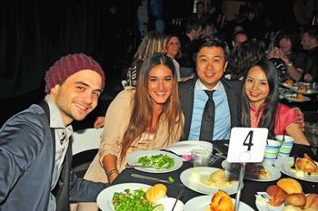 Создатели фильма «Свободный Китай», отмечающие победу за банкетным столом. (Слева направо) Марио Фаницци, Корианка Килхер, Кеан Вонг и Сиси Дэн. Фото: Robin Kemker/Epoch Times