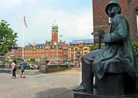 Столица Дании Копенгаген. Статуя датского писателя Ганса Христиана Андерсена. На Международной олимпиаде в Дании по физике  школьники из России в командном зачёте завоевали третье место. Фото: ERIC BARADAT/AFP/Getty Images