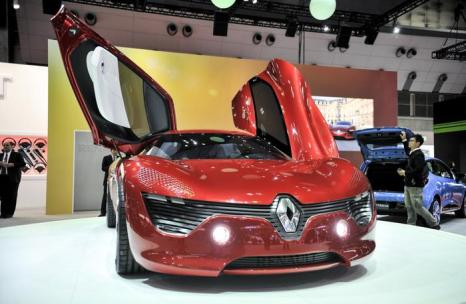 Компания Renault представила электрический концепт DeZir на автосалоне в Токио 20 ноября 2013 года. Фото: Keith Tsuji/Getty Images