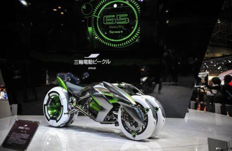 Концерн Kawasaki представил концепцию электрического мотоцикла Wheeler Three EV, способного менять форму, на автосалоне в Токио 20 ноября 2013 года. Фото: Keith Tsuji/Getty Images