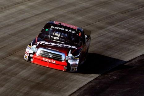 Грузовые автомобили Toyota и Chevrolet участвуют в ралли Lucas Oil 200. Фоторепортаж с доверской скоростной трассы. Фото: Jared C. Tilton/Nick Laham/Getty Images for NASCAR