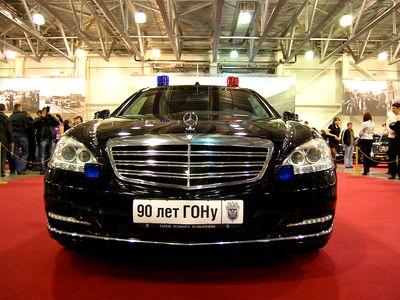Merсedes-Benz S600 Pullman Guard - автомобиль президента весит  1,5 тонны, он тяжелее своего серийного аналога. Из-за увеличения массы были внесены изменения в конструкцию авто, которую усилили. Изменили ходовую часть и тормозную систему. Силовой агрегат – 8-цилиндровый двигатель, объемом 5,5 литров и мощностью 388 л.с. Фото с сайта avto.vesti.ru