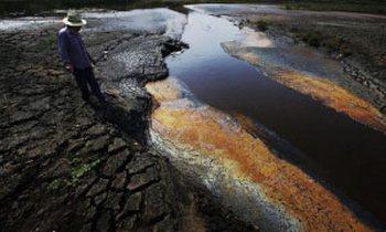 По этому каналу в реку Янцзы текут промышленные выбросы нескольких химических заводов. Они бывают чёрного, красного, жёлтого и серого цвета, в зависимости от того, какой завод их сливает. Провинция Аньхой. 18 июня 2009 год. Фото: Лу Куан