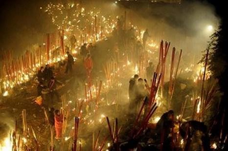 14 февраля, Чунцин люди зажгли огромные благовония  благословения. Фото:epochtimes.com