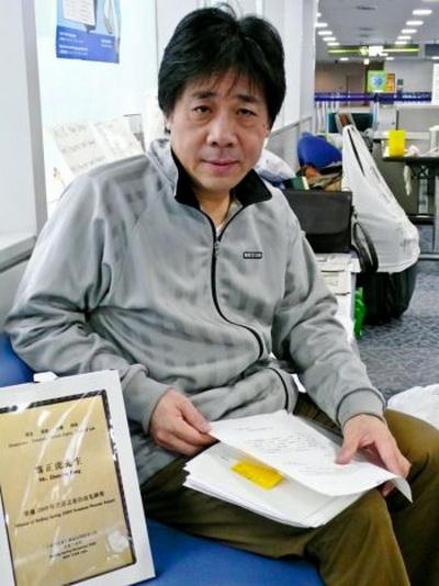 Китайский правозащитник Фэн Чжэнху провел более трех месяцев в зале ожидания токийского аэропорта Нарита прошлой зимой, так как китайские власти запретили ему возвращаться домой в Шанхай. Фото: Синди Друклер/Великая эпоха.