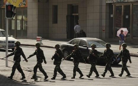 В годовщину со дня массовых акций протестов, власти приняли повышенные меры безопасности в городе Урумчи Синьцзян-Уйгурского автономного района. Фото: AFP