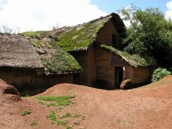 В провинции Гуандун более двух миллионов семей живут в глиняных домах с соломенными крышами. Фото: landaishu.zhongwenlink.com