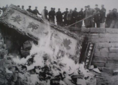 Бедствие культуры Древнего Китая: в 1966 году «красные охранники» сожгли более 100 тысяч книг и рукописей в храме Конфуция, уезд Чуфу провинции Шаньдун. Фото с aboluowang.com