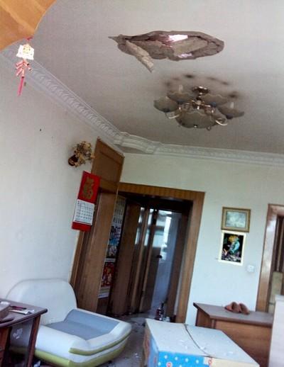 Когда мы вернулись, то увидели в каждой комнате большие сквозные дыры в потолке