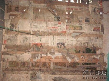 В окнах классной комнаты нет стёкол. Чтобы зимой внутрь не сильно дул холодный ветер и не залетал снег, оконные проёмы заклеили газетами. Фото с secretchina.com