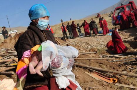 Тибетские монахи кремируют жертв землетрясения в китайской провинции Цинхай. Фото: FREDERIC J. BROWN/AFP/Getty Images Тибетские монахи кремируют жертв землетрясения в китайской провинции Цинхай. Фото: FREDERIC J. BROWN/AFP/Getty Images